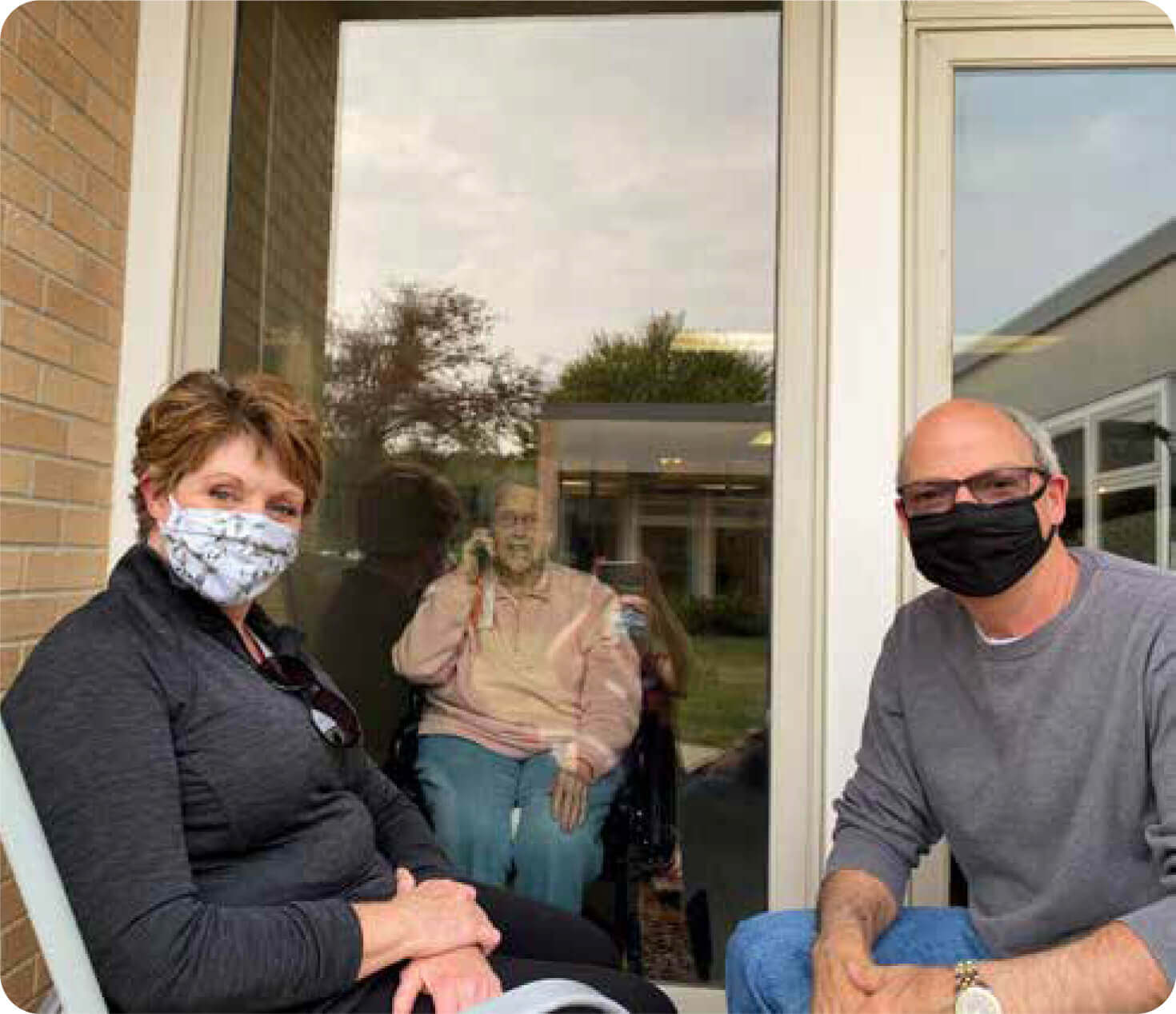 Couple visiting an Aase resident